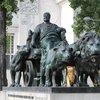 Эксклюзивное фото: памятник Марку-Антонию, к которому добавлены двое золотых львят. Кто добавил и в связи с чем узнать не смогла, но в таком виде памятник мне нравится значительно больше :))
