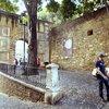 К входу в замок-музей можно подняться на фуникулере, но интереснее пройти этот путь пешком.
