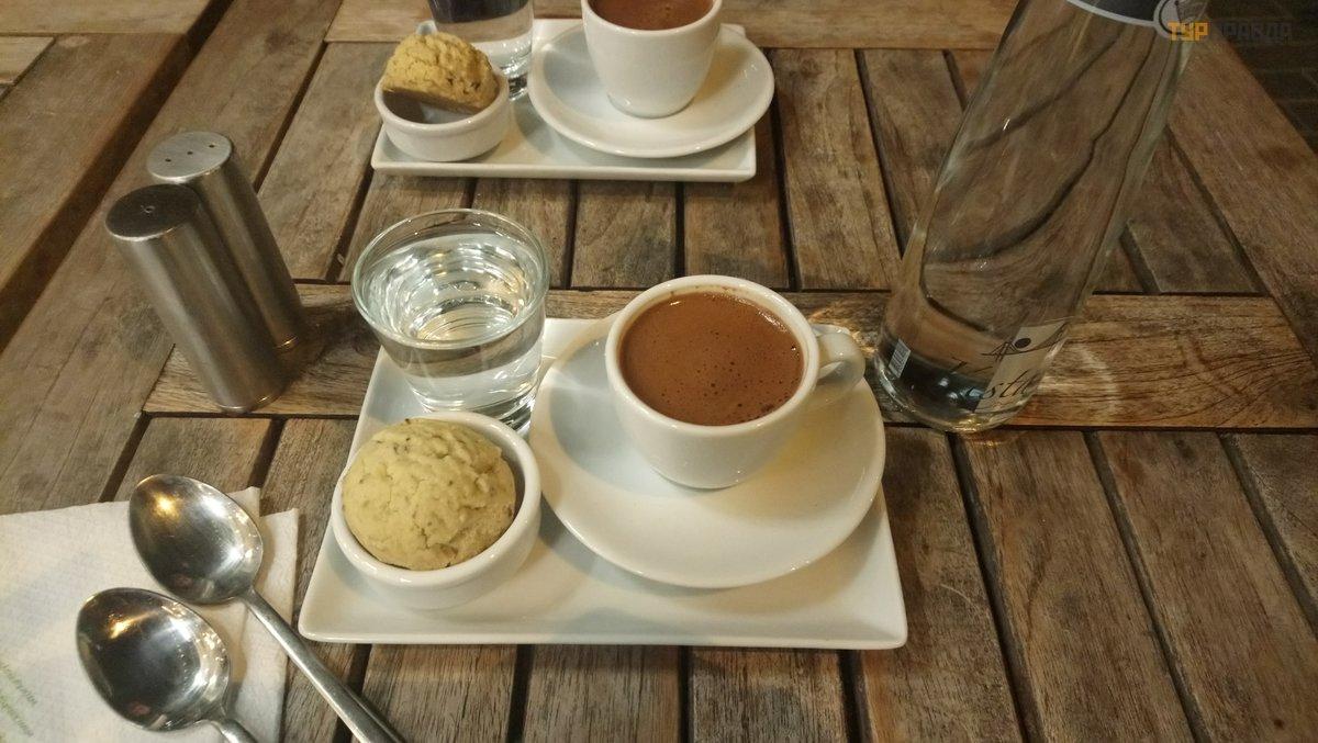 ffaf8d9401d07f4 Если пройти чуть дальше (метров 50 от моста) по правой стороне улицы будет  очень хорошее кафе Muhallebicisi – вкуснее кофе и печеньки, за то время, ...